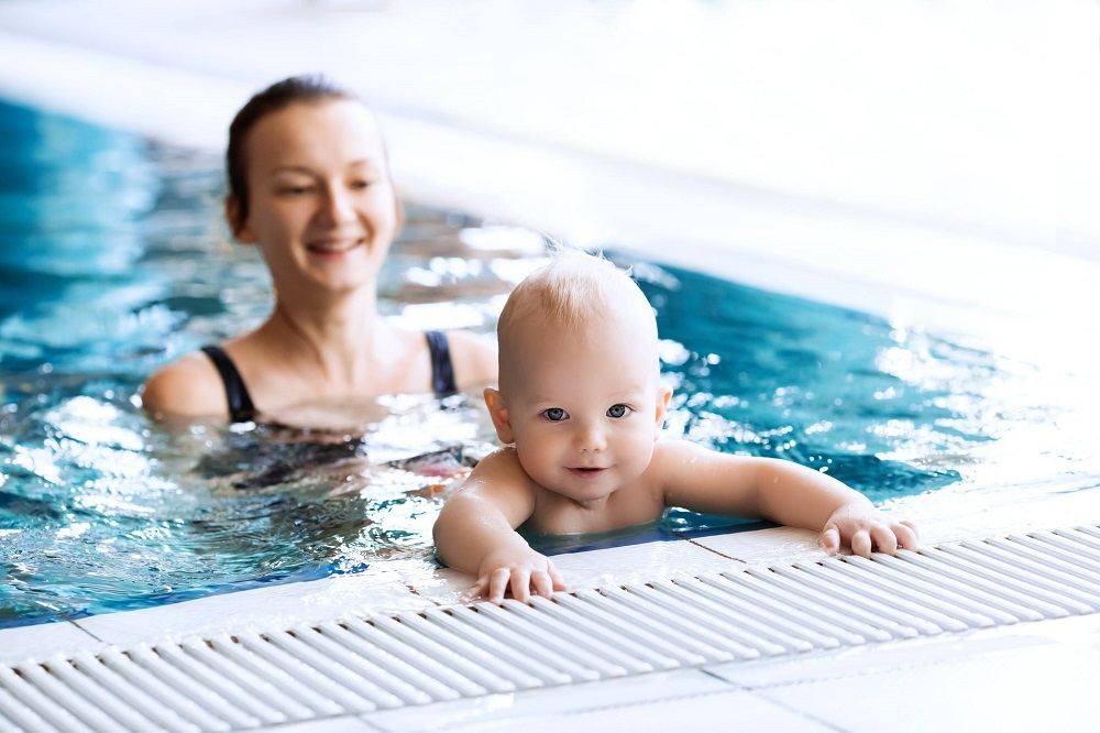 Bébé : à quel âge peut-il se baigner dans une piscine ou à mer ?