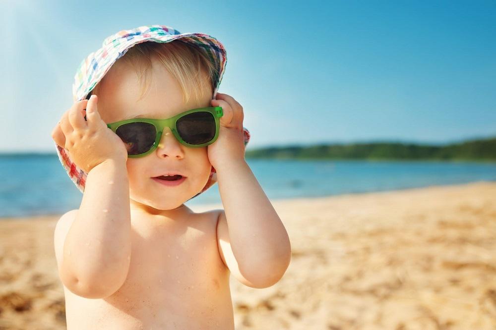 Sortie à la plage : comment protéger bébé efficacement ?